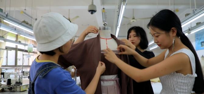美女大学生创业做汉服