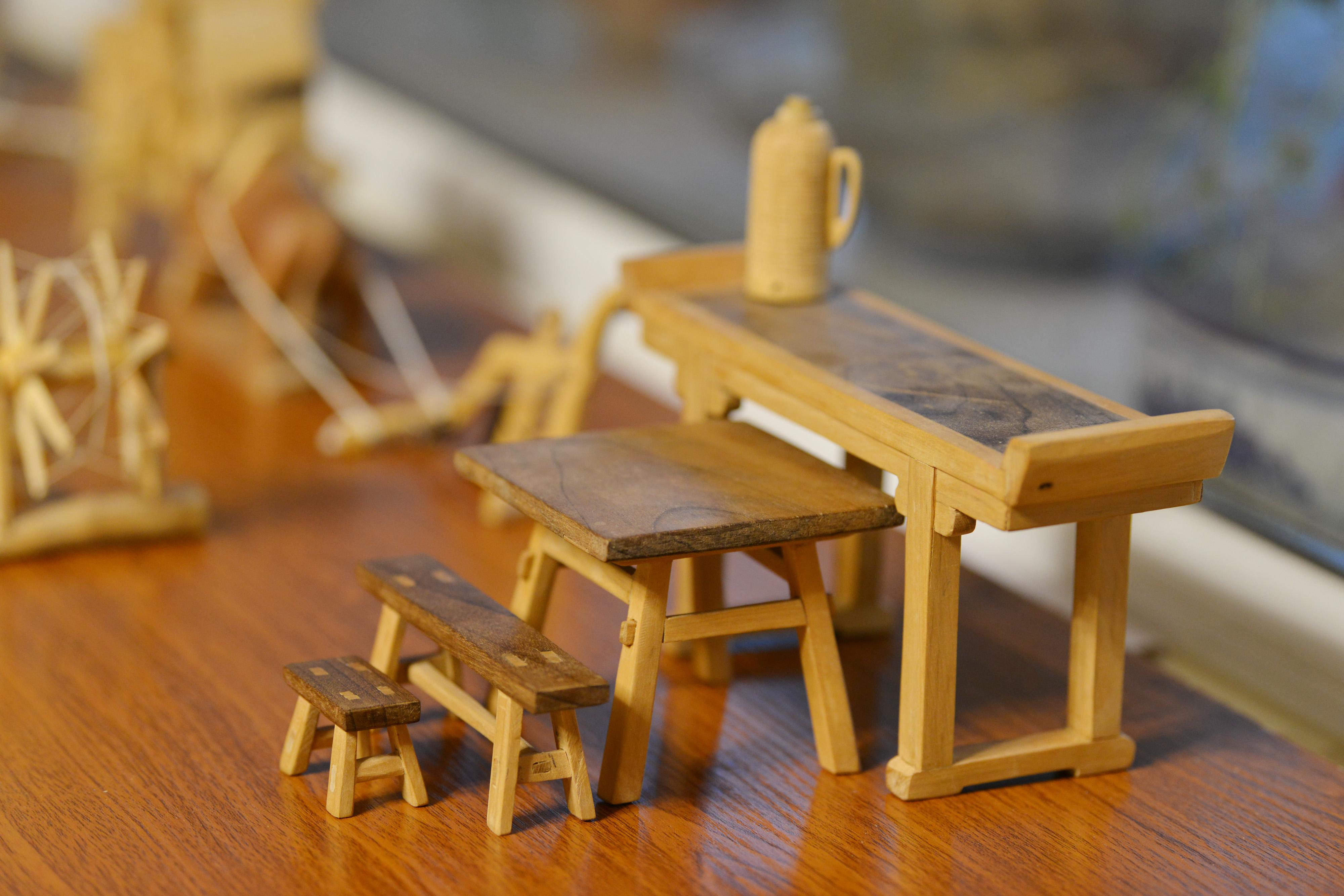 69岁老人打造微缩版老物件 榫卯结构小板凳仅拇指大