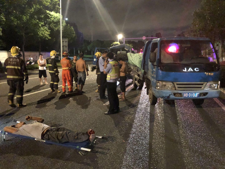 宁波卡车司机疲劳驾驶致追尾 车头变形腿脚重伤