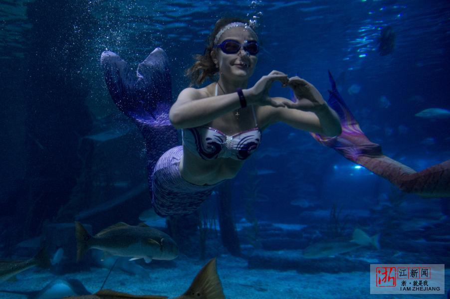乌克兰美女水下5米与鱼共舞
