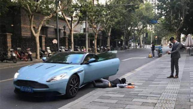 """女子开豪车""""扑街炫富"""" 被罚200扣3分"""