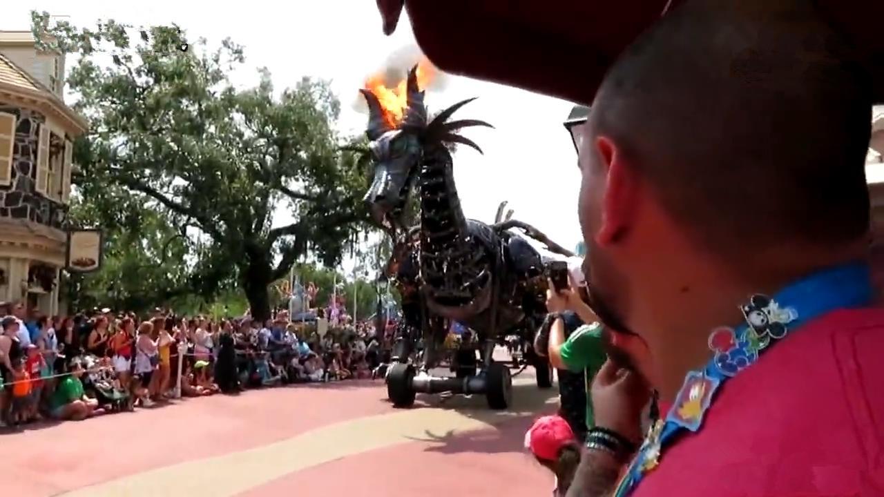 """迪士尼乐园""""喷火魔龙""""真着火"""