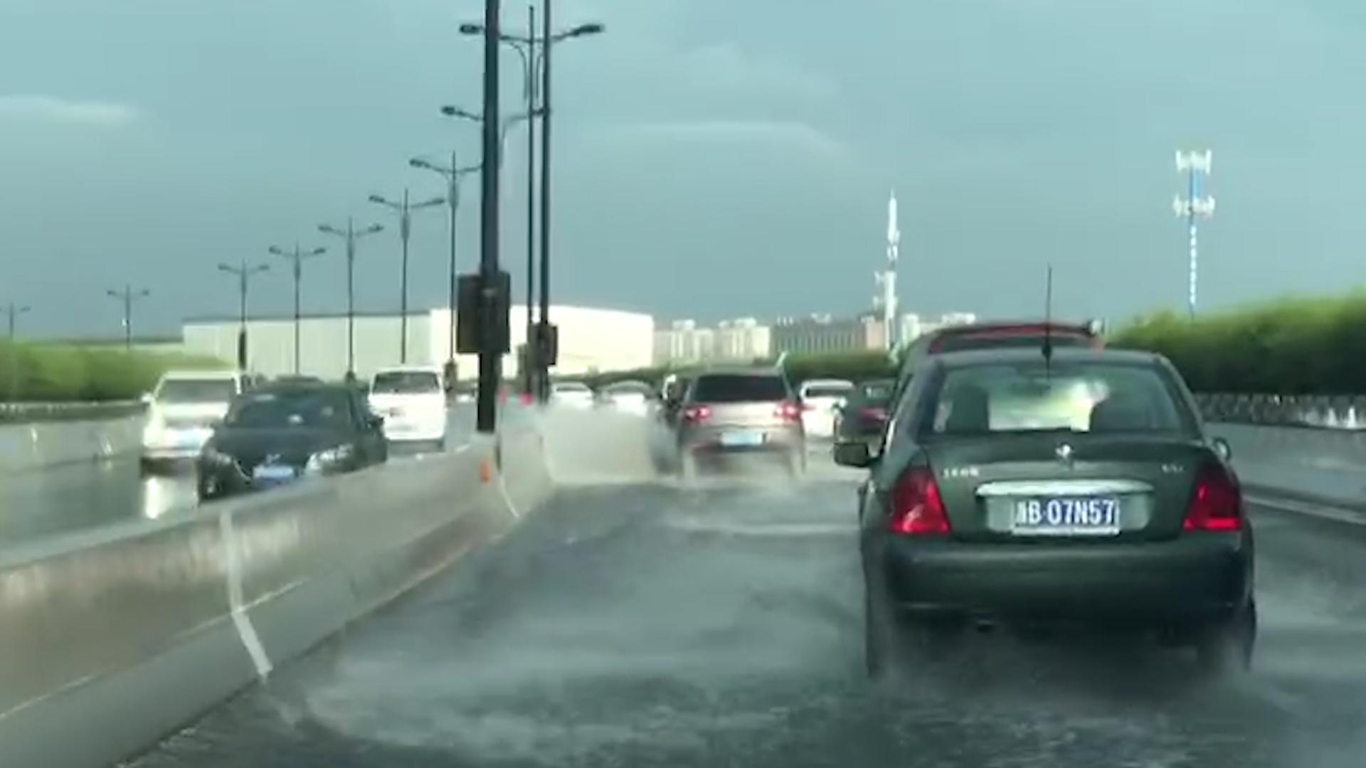 杭州暴雨侵袭高架积水