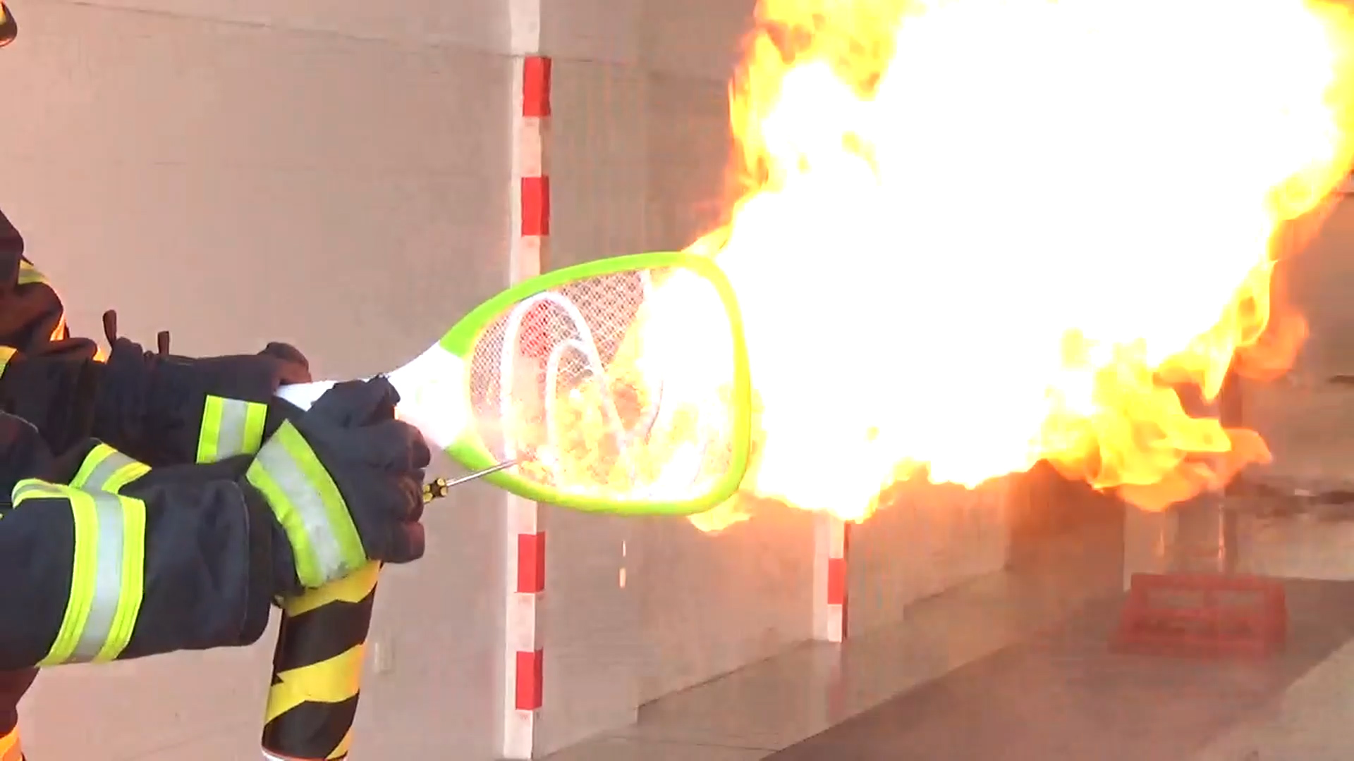 电蚊拍偶遇杀虫剂可能会起火爆燃