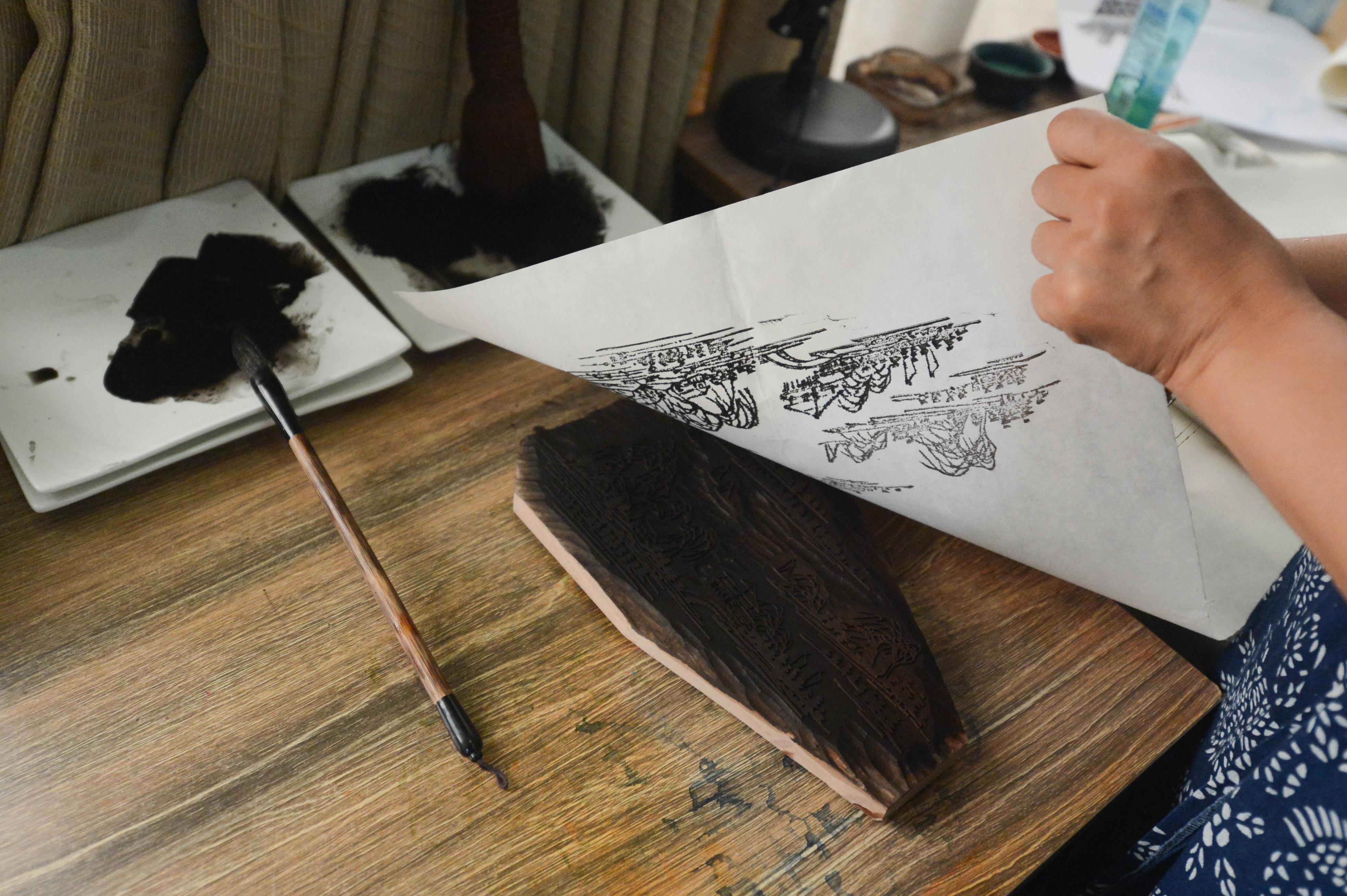嘉兴女教师将嘉禾八景微缩成木刻水印