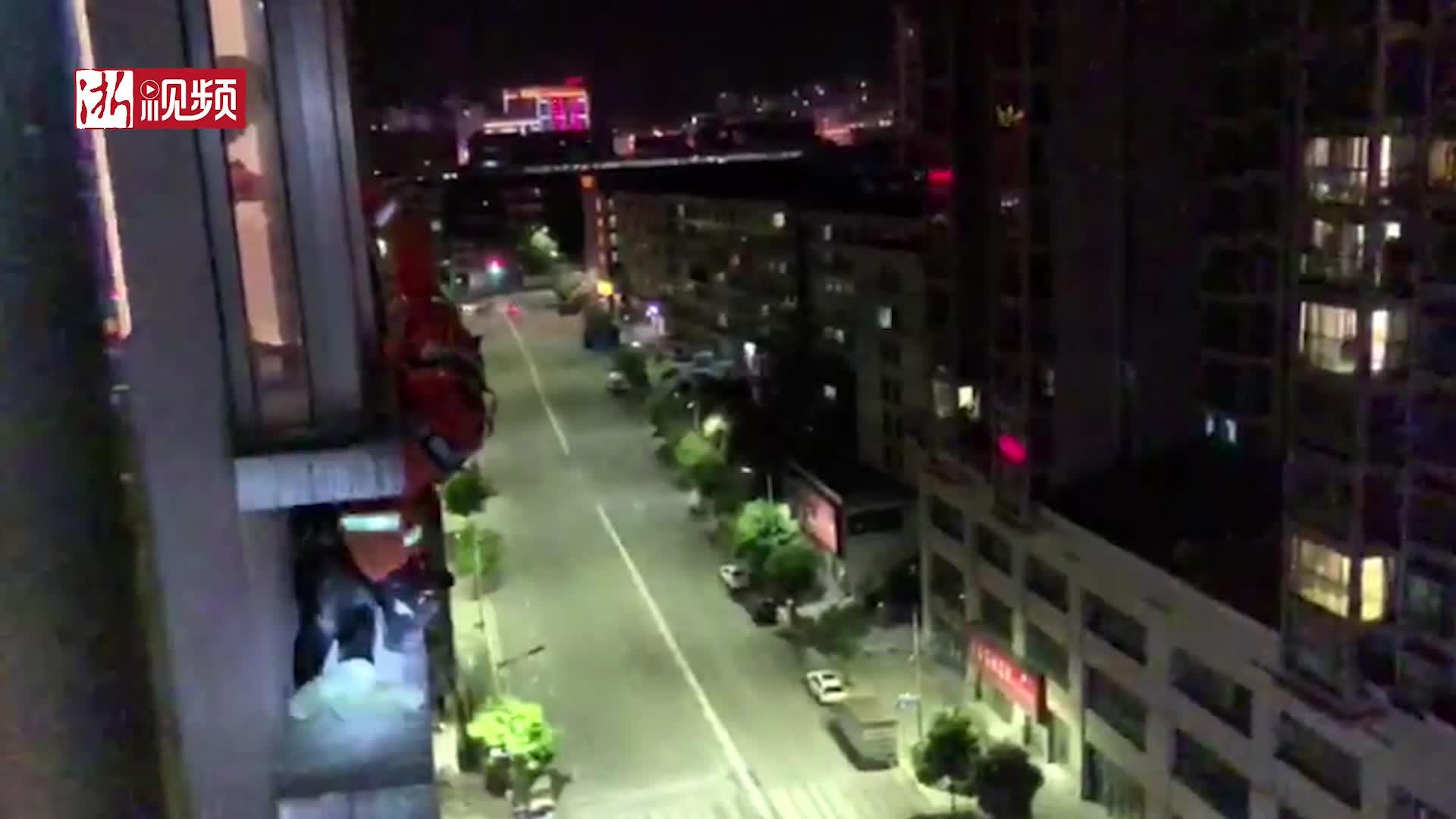 男子为逃避排查从12楼翻墙