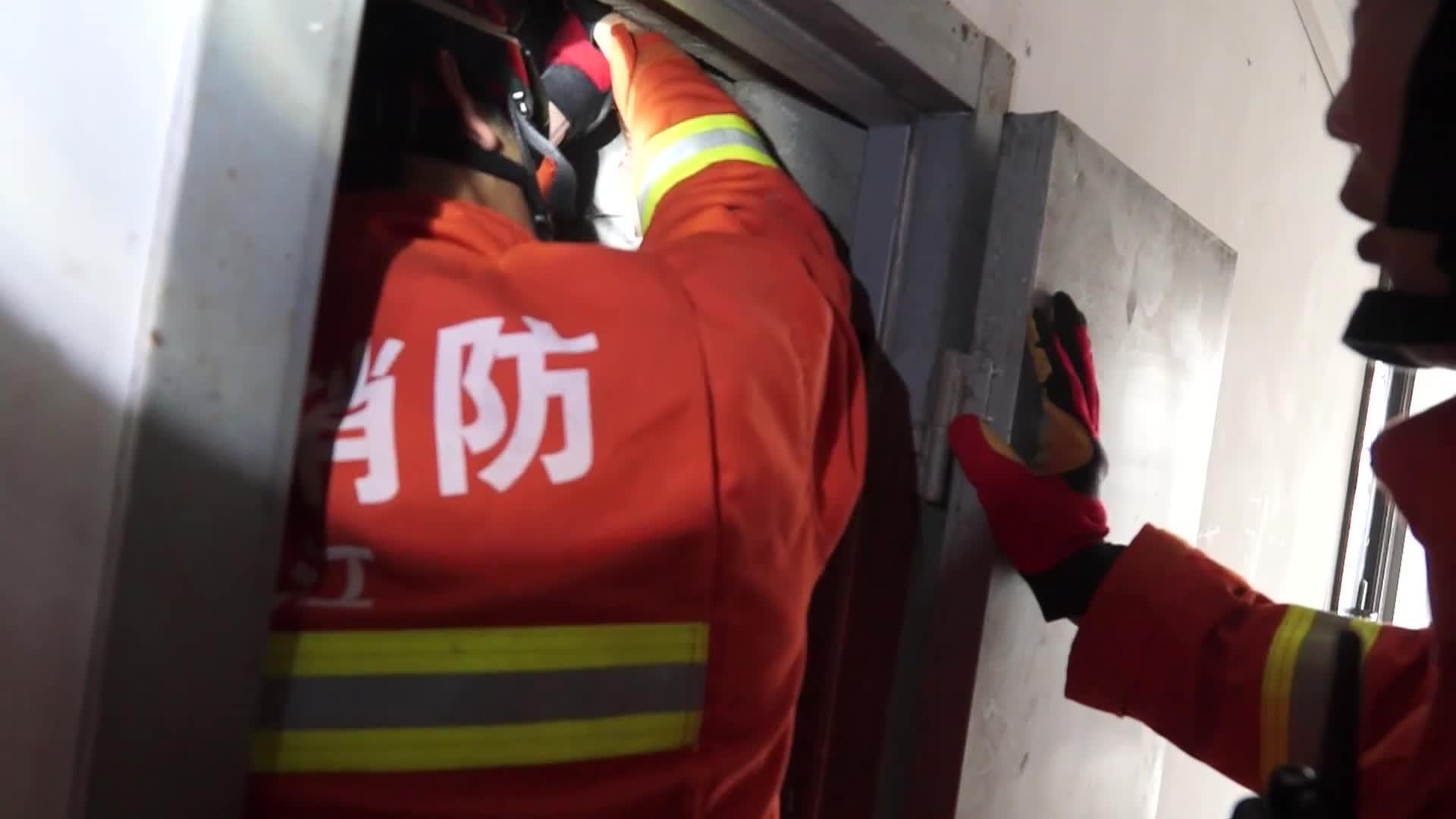 宁波:2岁男童不慎坠落22楼通风管道井,消防紧急救援