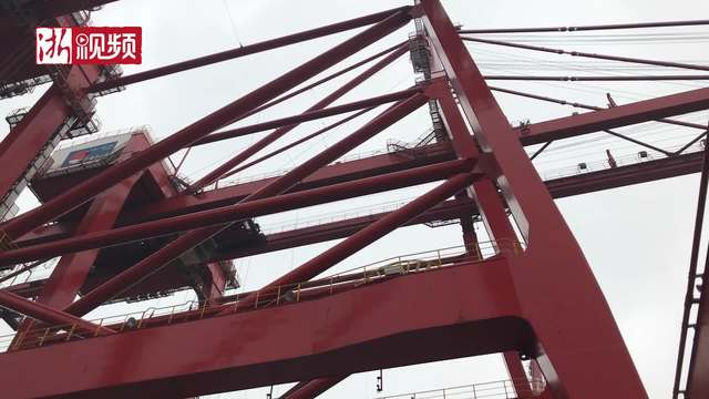 宁波舟山港穿山港区一天进出的货柜连起来可以从宁波排到杭州
