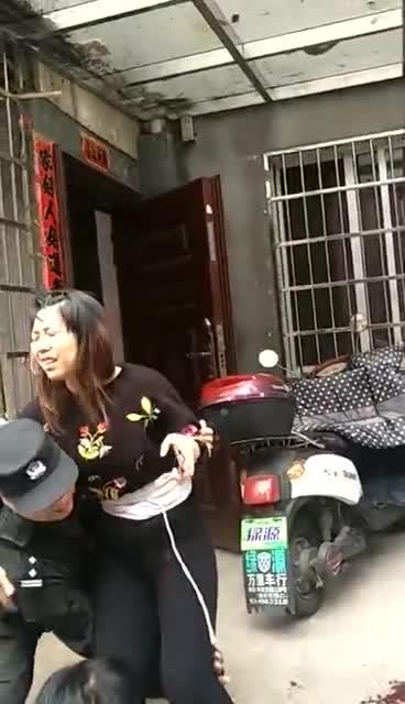 江山民警公主抱受伤女子