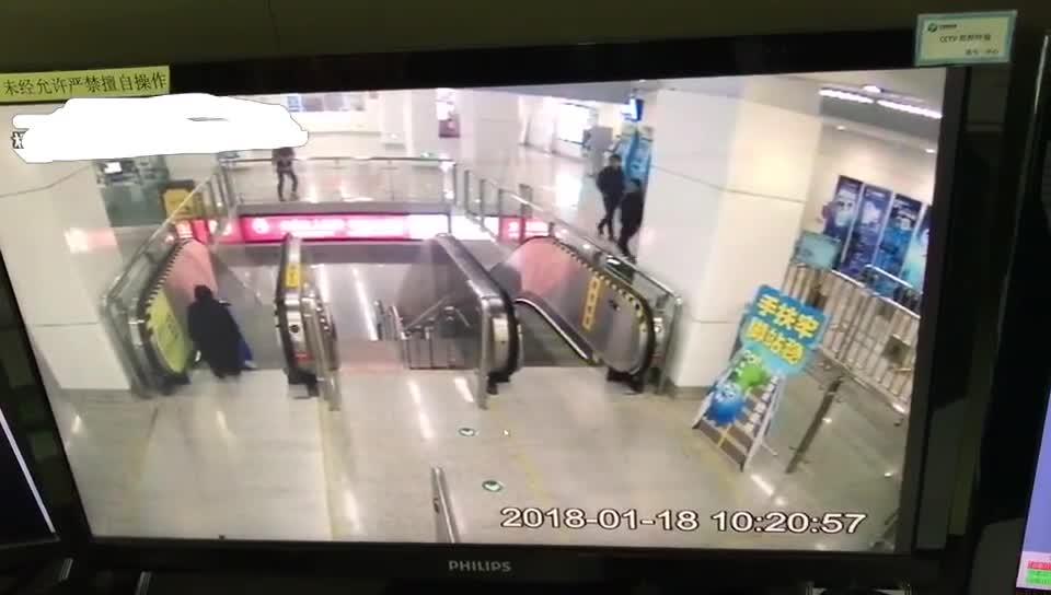 点赞!小男宝惊现逆行的扶梯口 多亏这名地铁女孩奋力一扑……