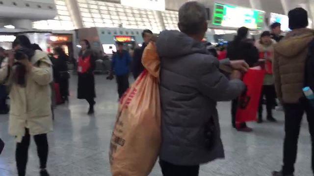 杭州火车东站好热闹 福运装满行囊写个春联回家过年