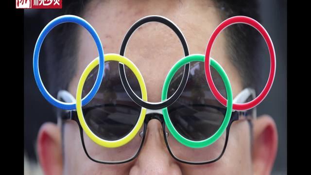 冬奥赛场粉丝花式眼镜秀 五环眼镜最流行