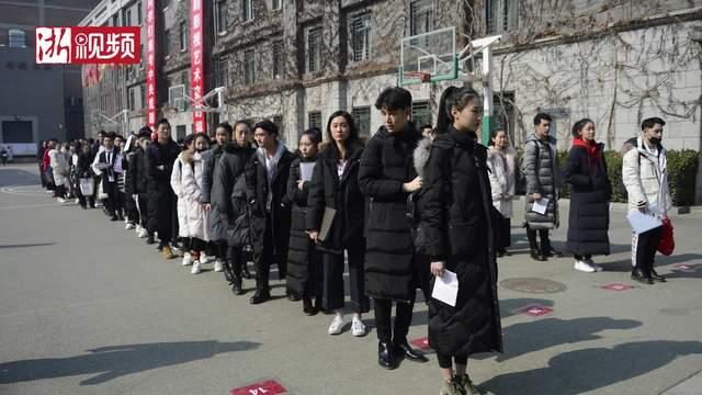 北京:中戏艺考复试现场帅哥美女如云 表演系考生被当场卸妆