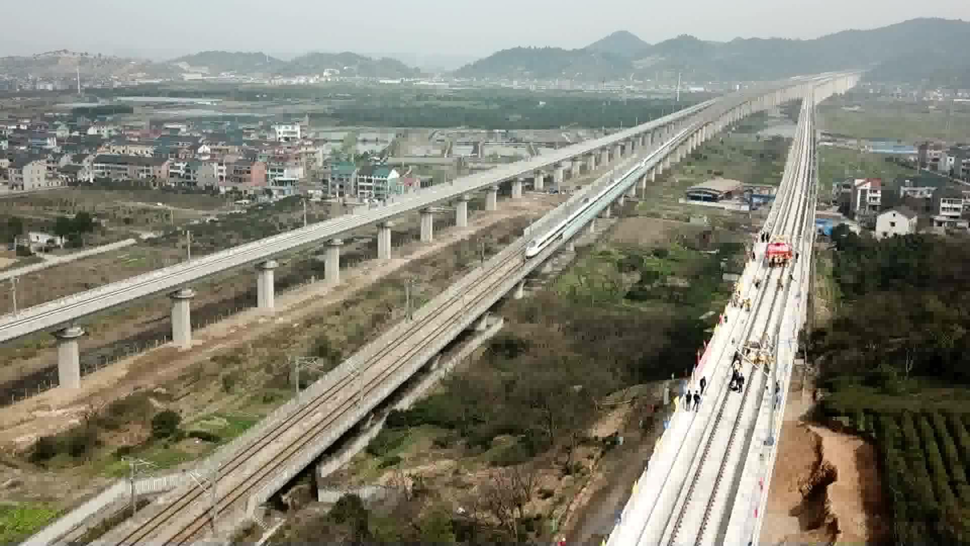 杭黄铁路轨道全线贯通