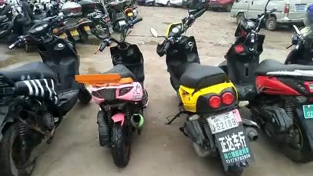 少年无证开摩托车驾驶在路上