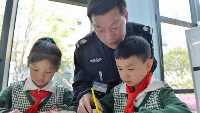 惊呆了!杭州一小学书法课竟是保安教的
