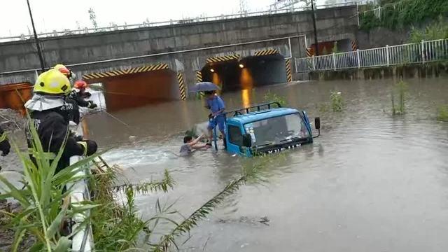 涵洞积水中救援被困车辆