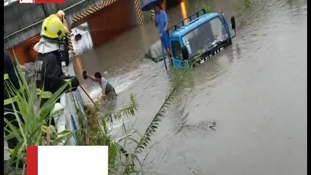 卡车冒险过桥洞,两人爬到车顶求救