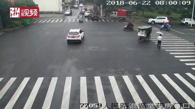 街头大爱 陌生路人雨中携手抬车救人
