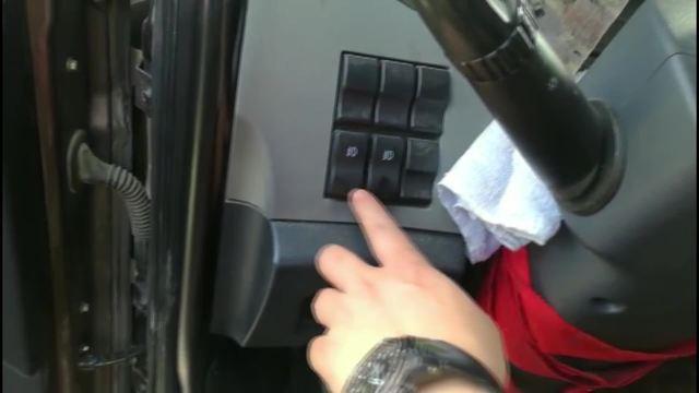 按下按钮就能翻转车牌