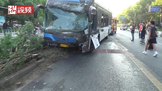 杭州188路公交车失控撞上电线杆 司机不幸身亡