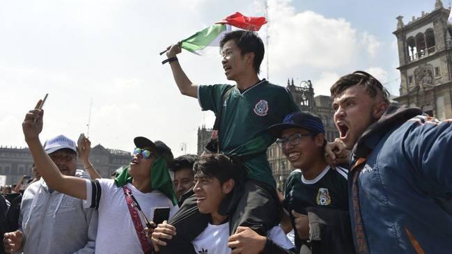 墨西哥球迷高抛韩国球迷庆祝出线