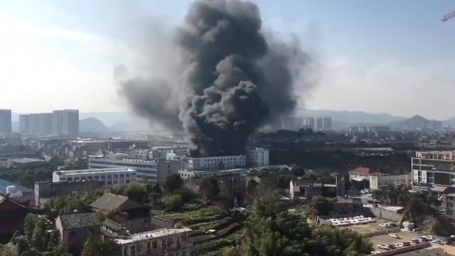 温岭一鞋厂发生火灾 明火已被扑灭