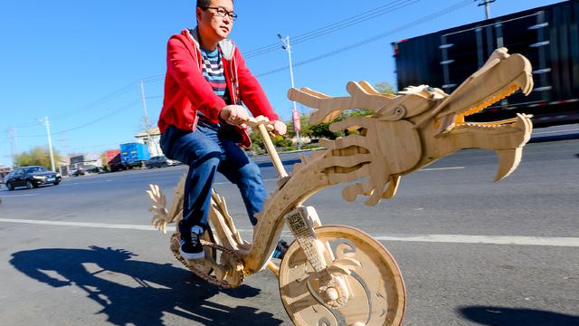 电焊小哥用两万余根雪糕棍制成龙形自行车 可上路骑行