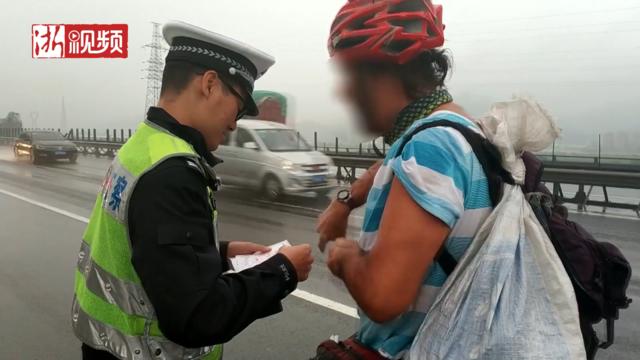 温州:美国小哥骑行游中国 不料骑上了高速公路