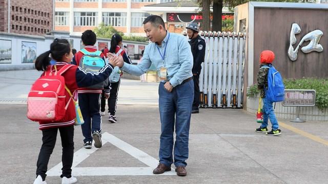 衢州江山一小学校长在校门口迎学生十年不间断