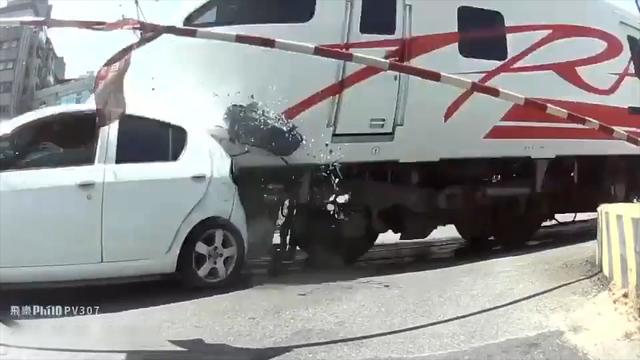 女司机驾车经过铁路道口不慎闯了红灯 被高速行驶的火车撞飞