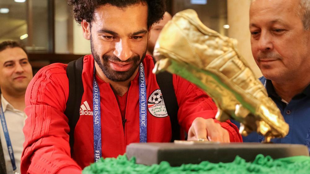 埃及球队百斤蛋糕庆生