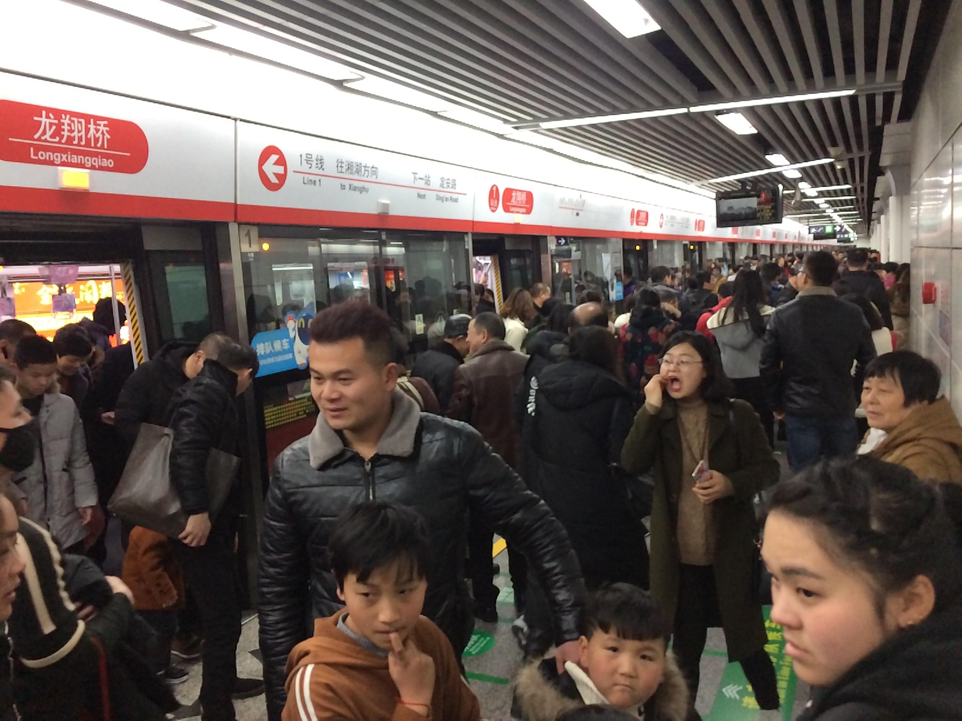 春节黄金周杭州西湖人气爆棚 地铁站人山人海
