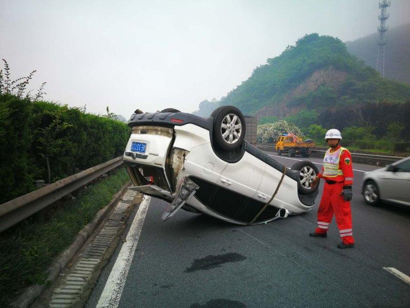 SUV高速路翻车 只因司机疲劳驾驶