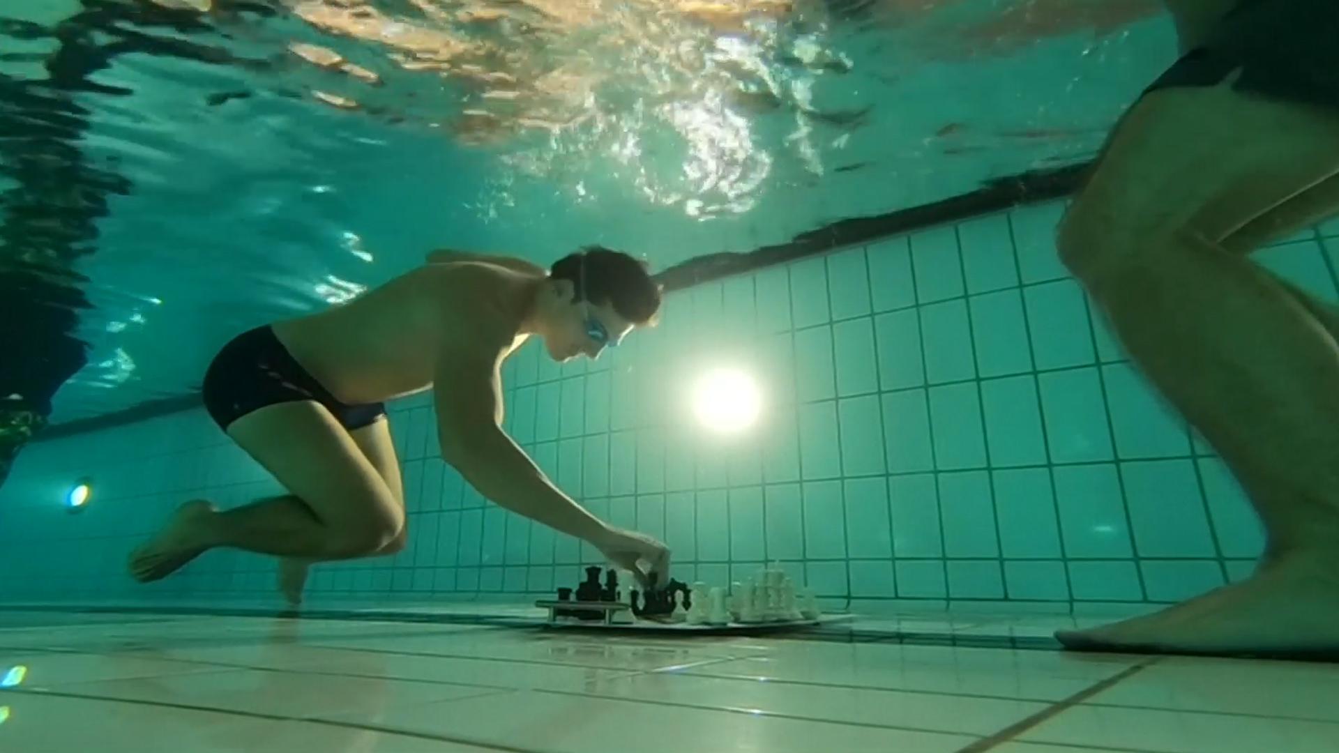 要下棋先潜水 这个国际象棋大赛比棋艺更比肺活量