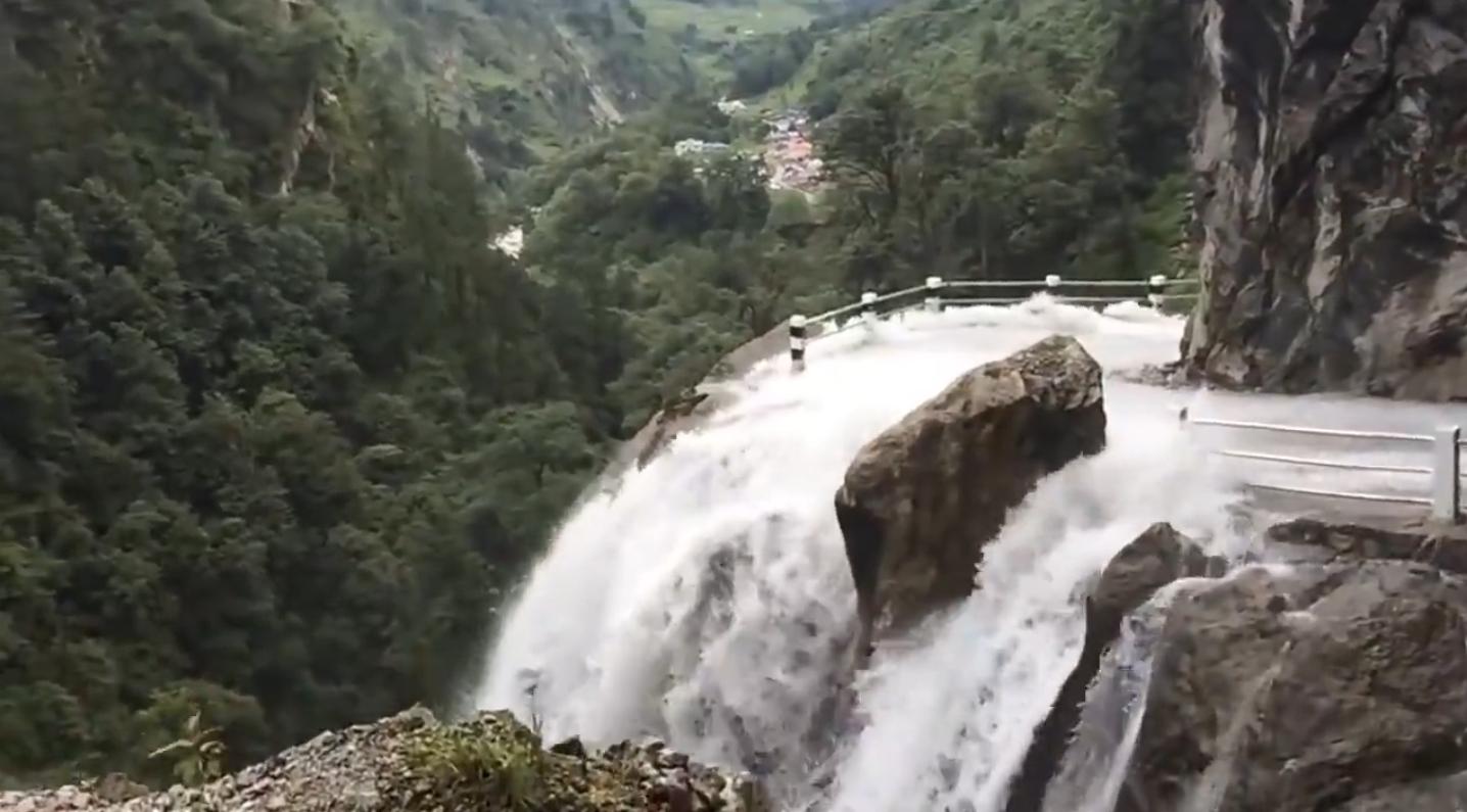 一侧瀑布一侧悬崖 这样的公路看得人心惊肉跳