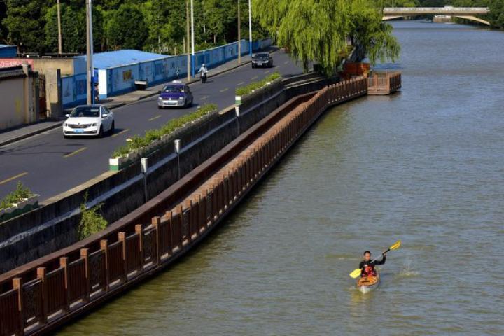 惬意!嘉兴老师划皮划艇上班 一路风景还不堵车