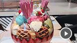 泰国惊现超大草莓冰激凌杯