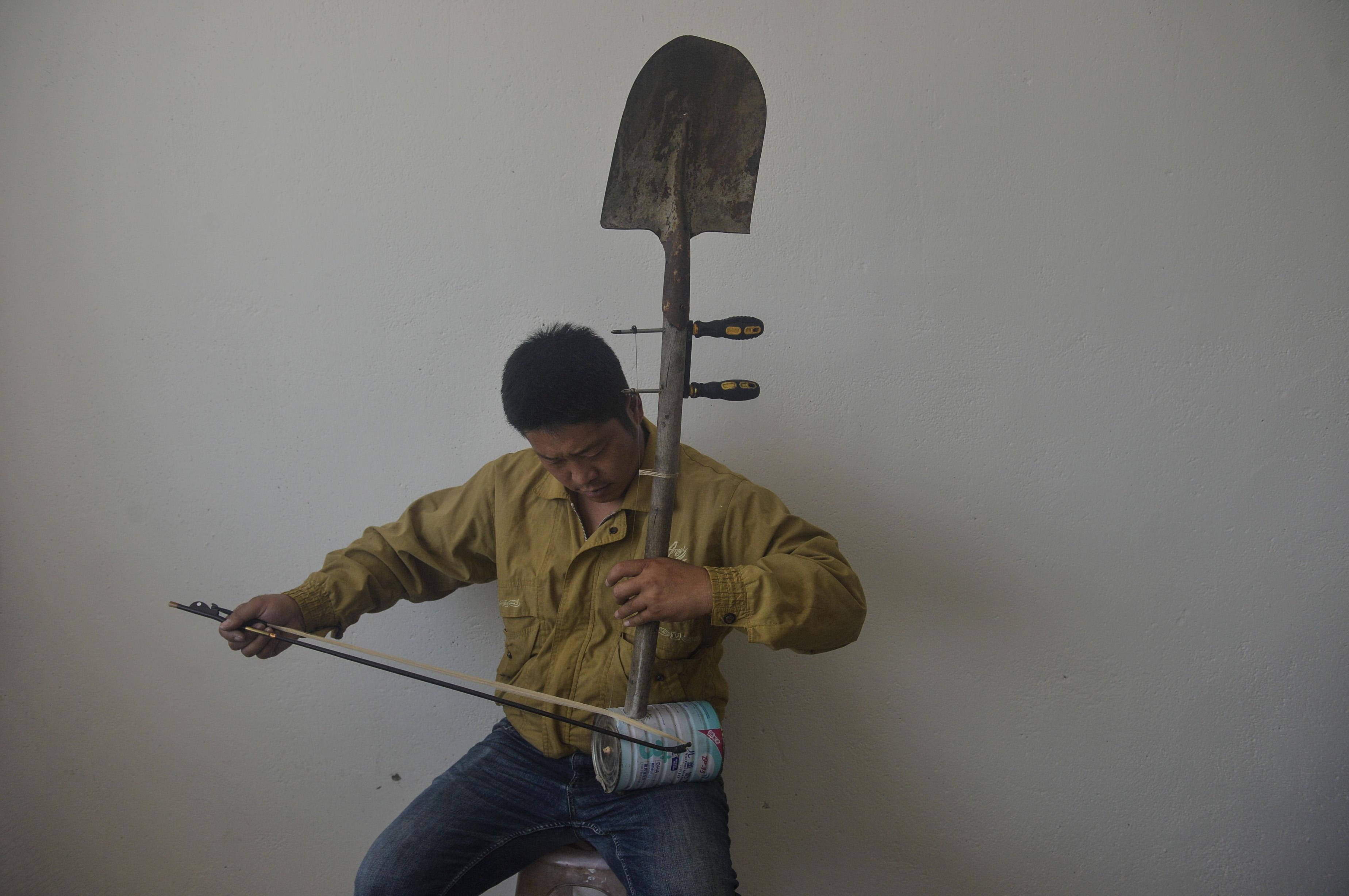 艺术源于生活 农民用铁锹演奏经典名曲