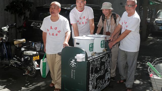 """坚守41年的杭州""""最美凉茶摊""""全新出摊 志愿者们挑起重任"""