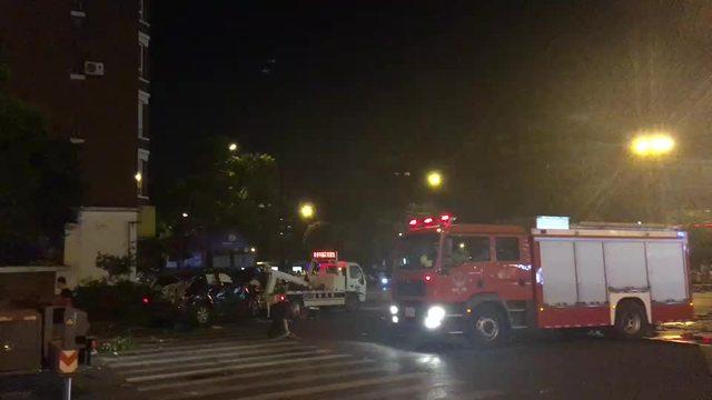 竞舟路文二西路口车祸 肇事车被拖走了