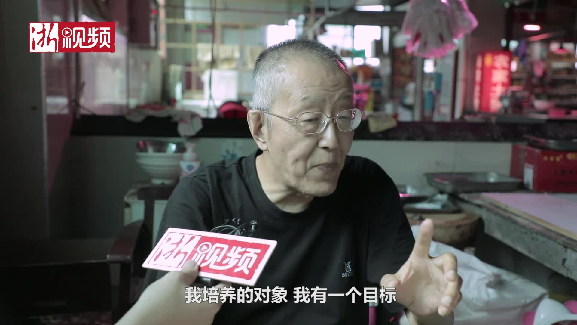 64岁老伯菜场免费教英语