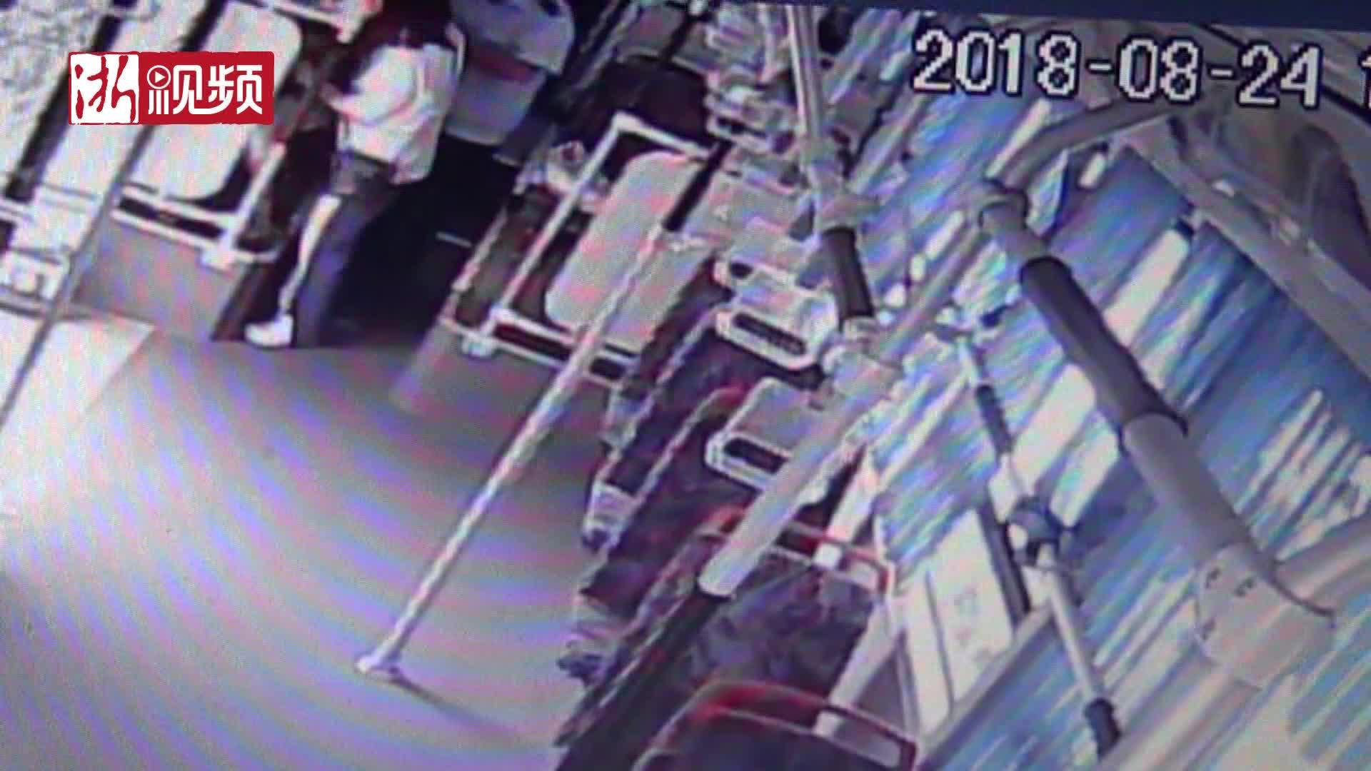 杭州公交车上一姑娘晕倒 司机开车到医院将病人背进急诊室