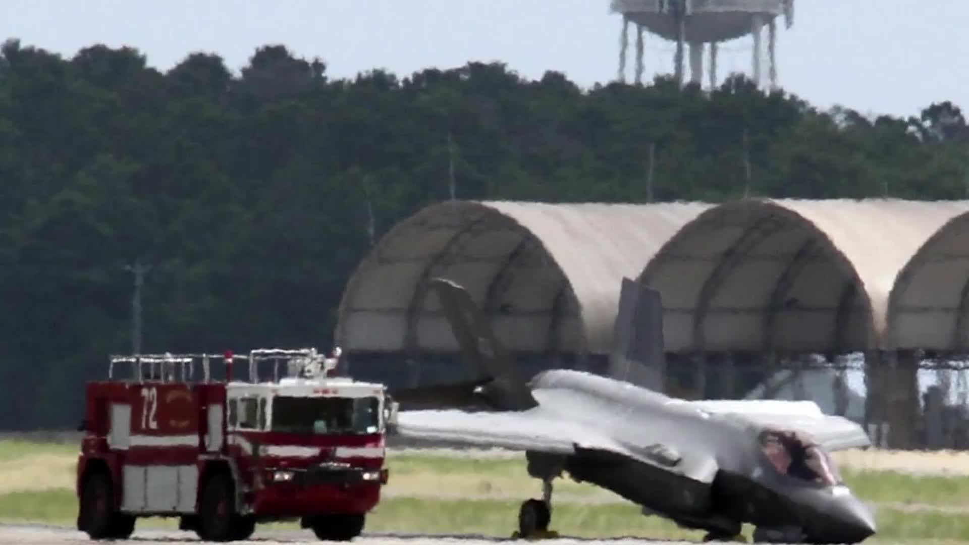 """F-35又出事了!机场跑道""""下跪"""" 核心部件因此受损"""