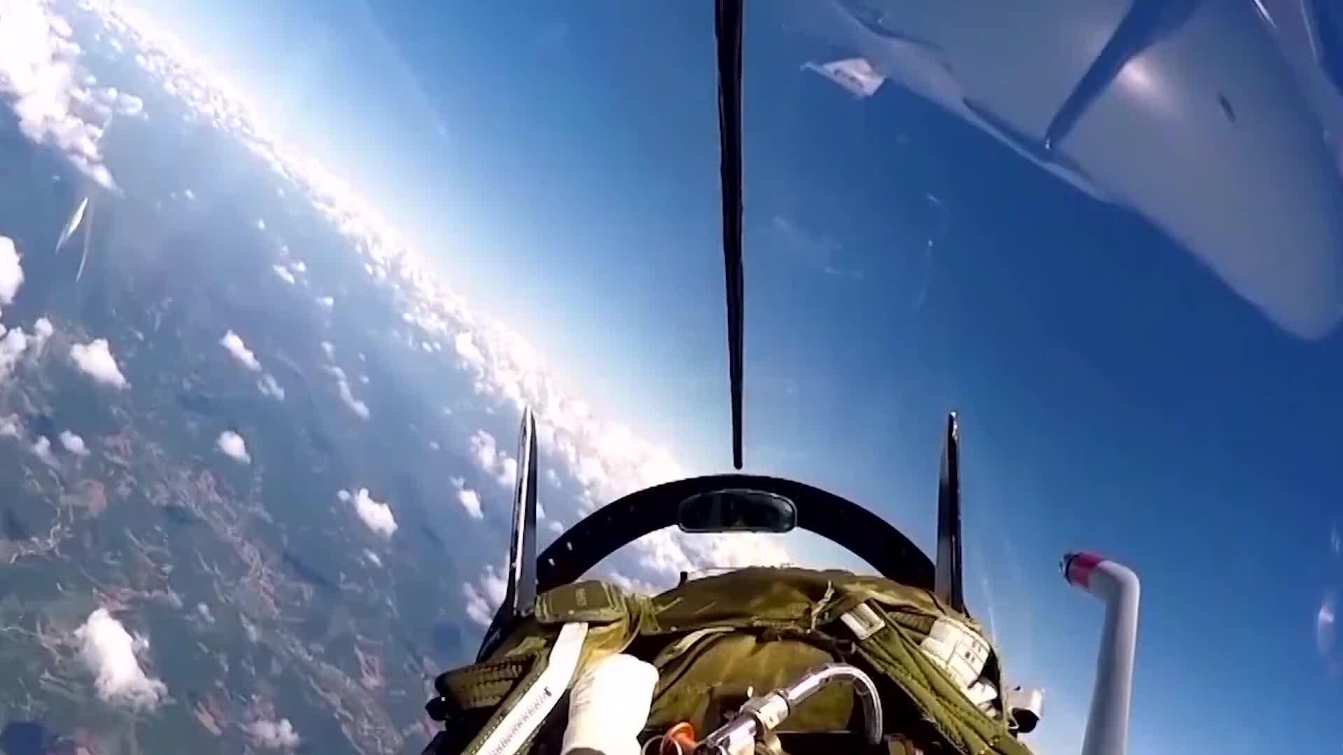 屏住呼吸的震撼:歼-10超低空山谷飞行镜头曝光