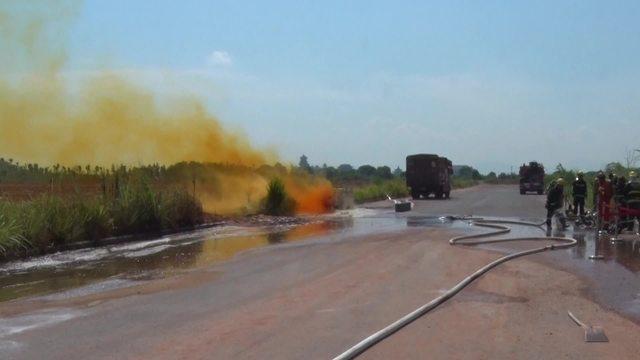衢州一危险品运输车容器破裂 致两吨硝酸泄漏气味刺鼻