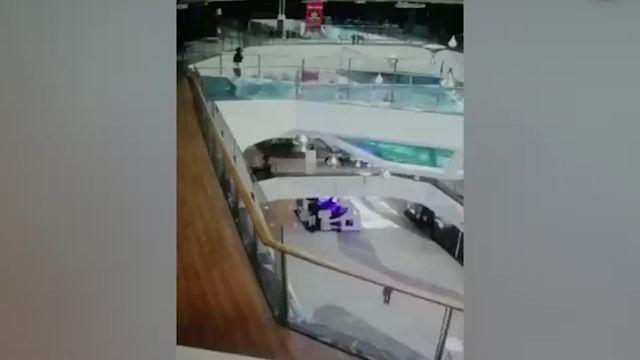 惊魂!女子掉进商场鲨鱼缸 男子毫不犹豫调跳下救起