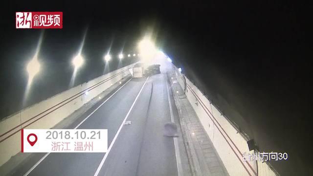 """货车开着开着车轮飞了 高速公路成大型""""甩葱现场"""""""