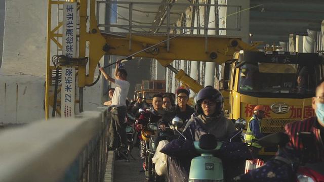 鱼儿上钩心慌慌 杭州复兴大桥钓鱼客占用非机动车道埋隐患